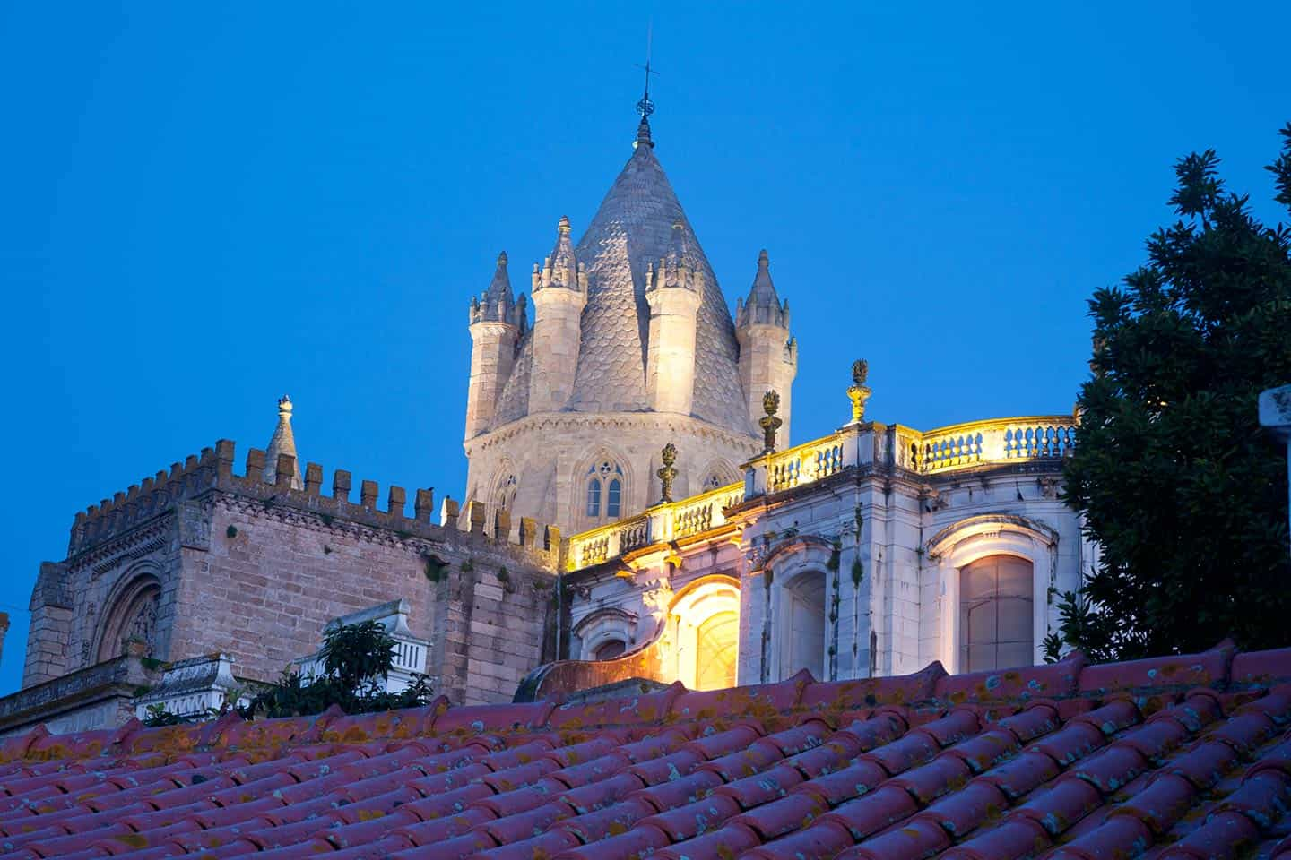 Roadtrip Portugal Image of Evora Sé or Cathedral at night