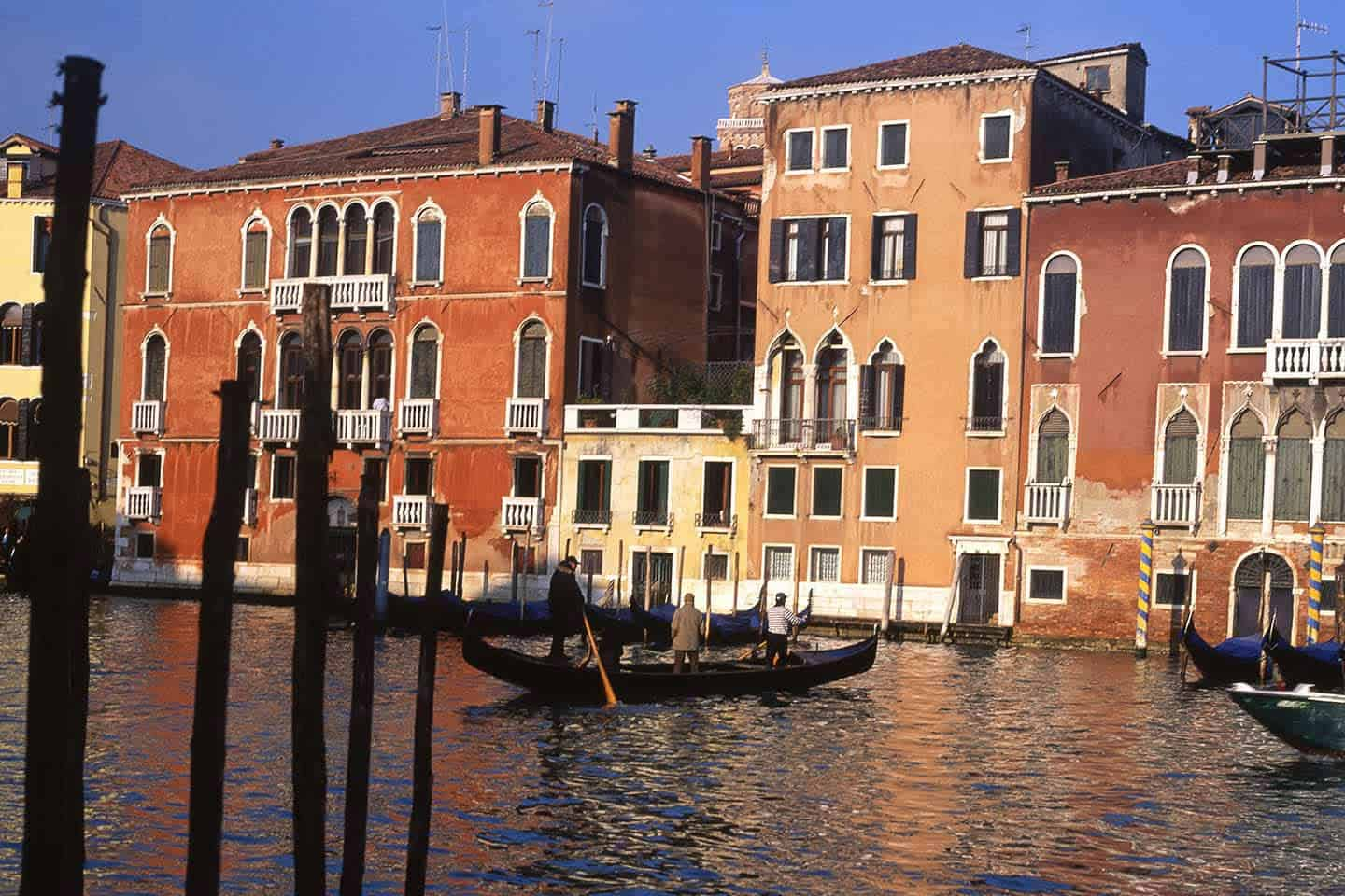 Image of a traghetto crossing the Grand Canal in Venice