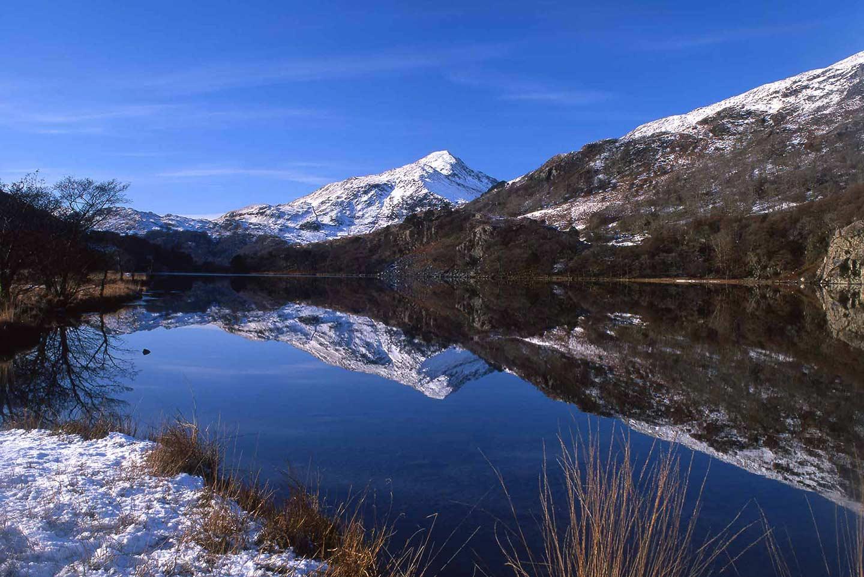 Image of Llyn Gwynant lake in Snowdonia, North Wales