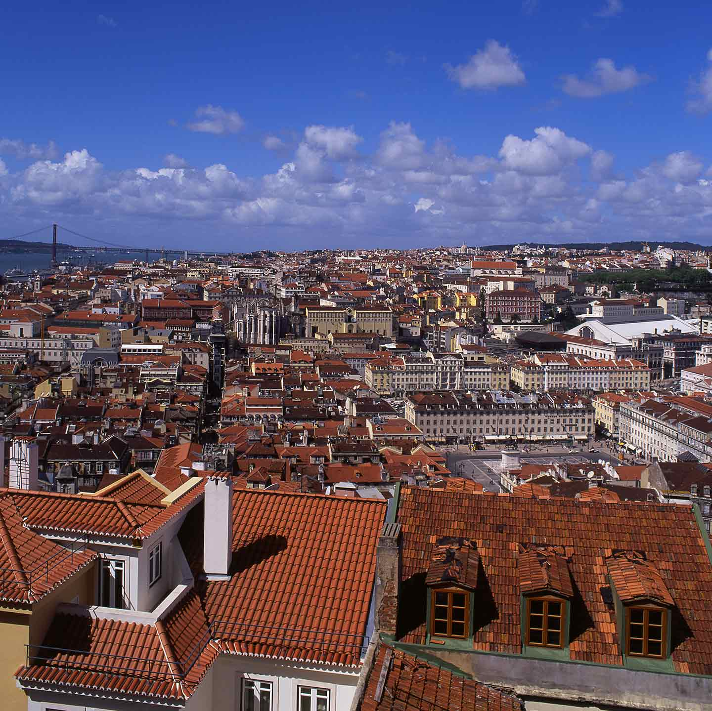 Image of the view from the Castelo de São Jorge, with the River Tagus in the background