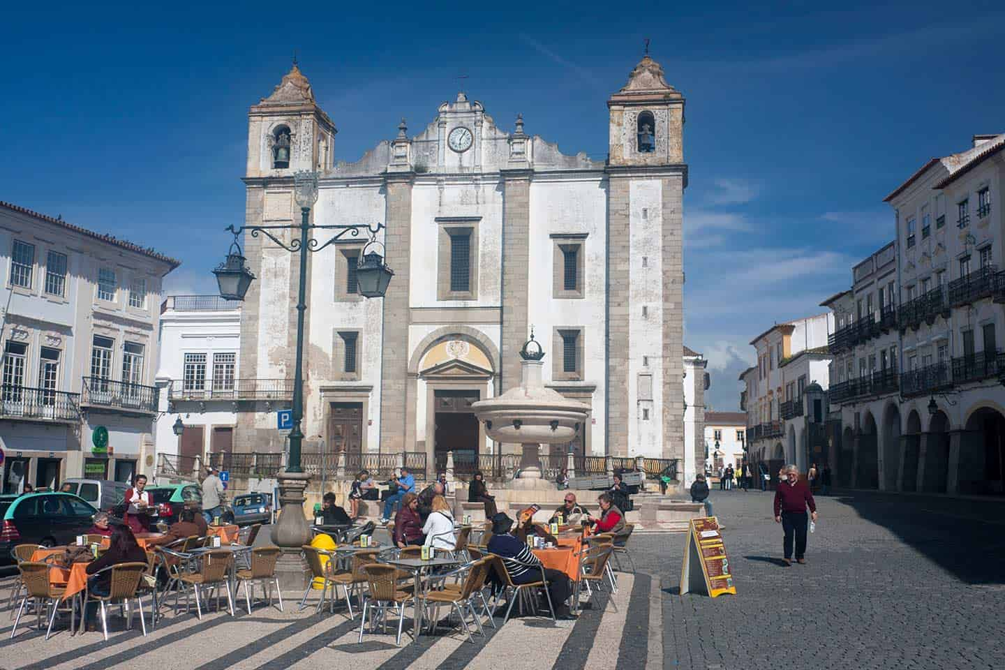 Image of Evora's main square, the Praça do Giraldo