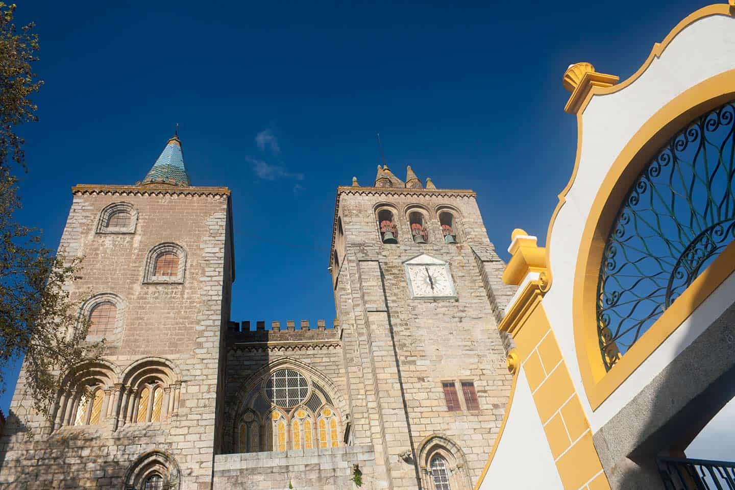 Image of the west towers of Evora Cathedral