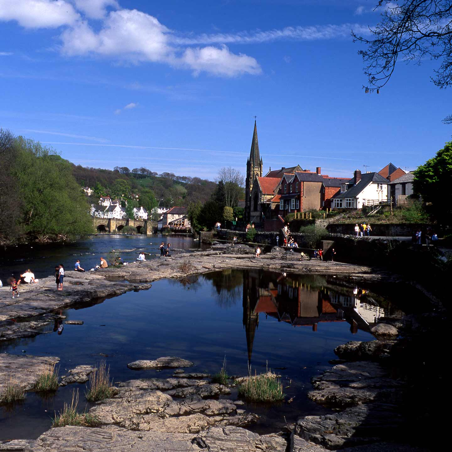Image of the town of Llangollen and the River Dee