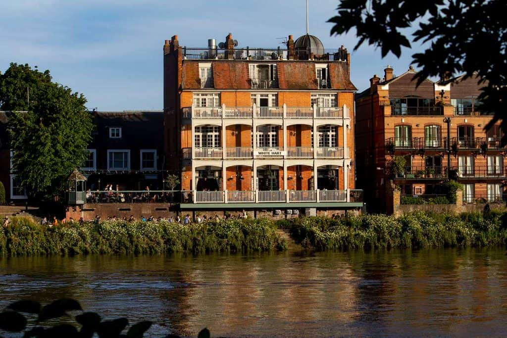 Image of Ye White Hart pub on the bank of the Thames in Barnes, London