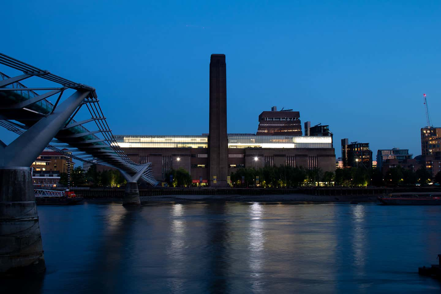 Top sights in London Image of Tate Modern art gallery at night
