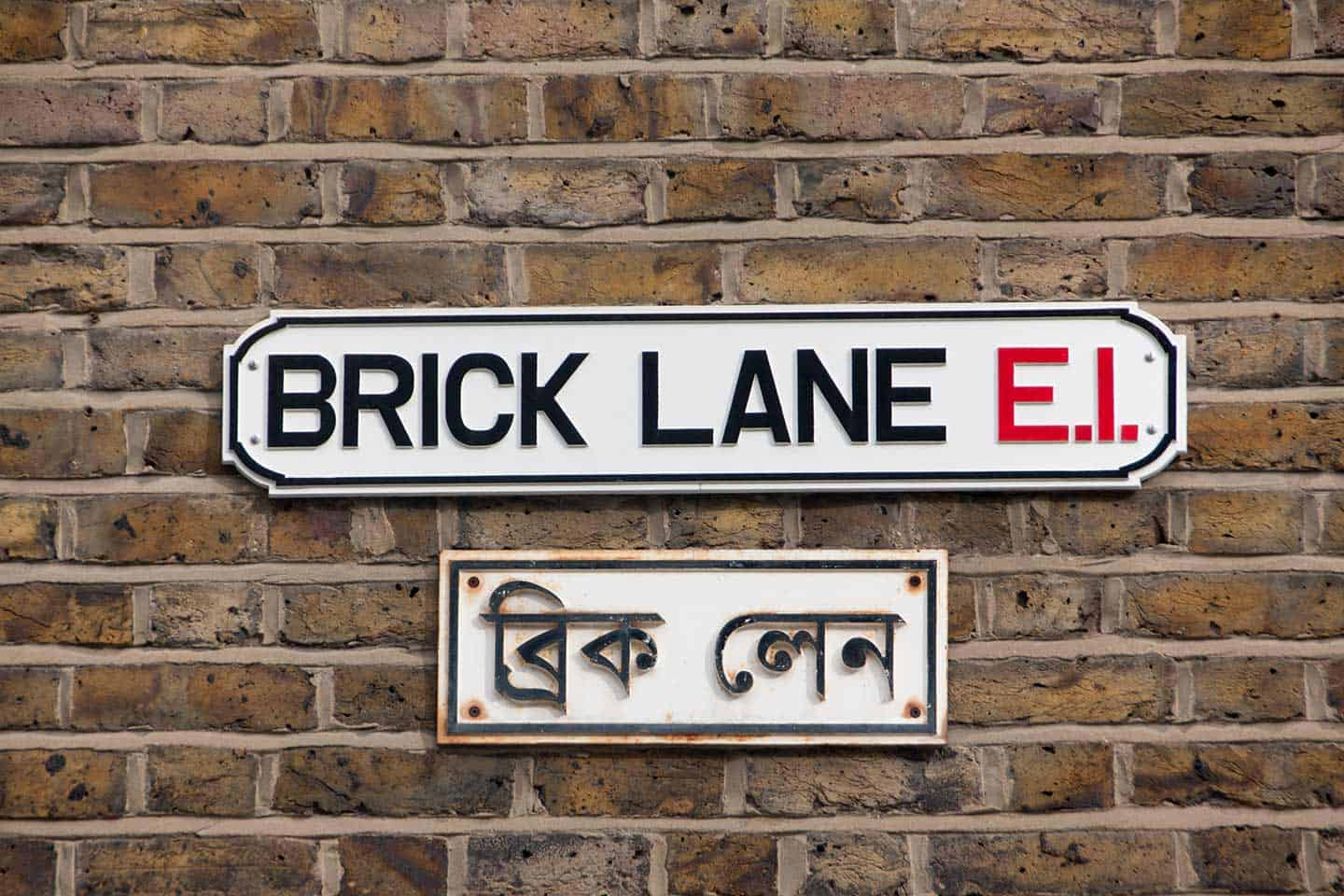 Image of the Brick Lane street signs in English and Bengali